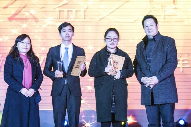 """王红、杨宏斌为""""公益之星""""颁奖-我院举办首届年度 工商之星 表彰大"""
